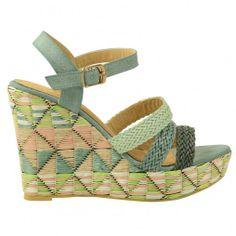 Deze aztec sleehak sandalen voor dames zijn gemaakt van raffia in beige, lime en mintgroen en roze. Over de wreef lopen 3 gevlochten bandjes waarvan een met een print. Rond de enkel zit een riem met gouden gespsluiting.  Hakhoogte 10 cm. inclusief plateau