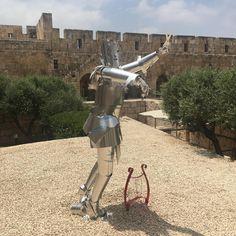 [Chevalier]  Mais qui est donc cet homme guilleret dans son armure en #métal 🤨 ? Posant avec sa harpe, le Roi David a été reconstitué en #aluminium par l'artiste arménien #KarenSargsyan à #Jerusalem. 👏 #LeMetalist Roi David, Jerusalem, Sculptures, Harp, Body Armor, Knight, Artist, Sculpture