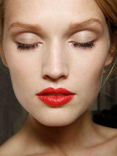 contoured eye, red lip