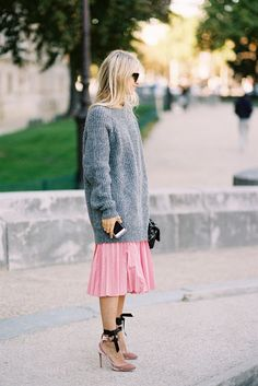 oversize grey sweater with pink pleated midi skirt outfit bmodish