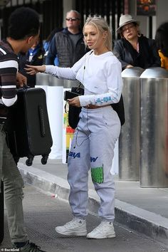 Tammy Hembrow is caught vaping at LAX airport Tomboy Outfits airport caught Hembrow LAX Tammy vaping Tomboy Outfits, Cute Lazy Outfits, Cute Swag Outfits, Chill Outfits, Tomboy Fashion, Dope Outfits, Streetwear Fashion, Trendy Outfits, Fashion Outfits