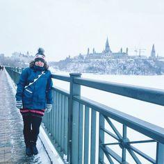 Thank you Canada for a great winter weekend! Wishing you a happy 150th birthday!  Poseerausta Ontarion ja Quebecin erottavalla sillalla. Takana siintää Kanadan parlamenttitalo joka on rakennettu mäelle jotta sitä olisi helppo puolustaa. (via Instagram)