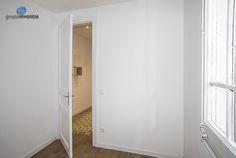 En los #dormitorios se aplicó un diseño perfecto para el descanso. #bedroom #parquet #bcn