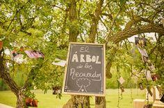 Árbol de los recuerdos con fotos de los novios e invitados {Organización, Bodas de Cuento, The Wedding Designers / Foto, Sara Lázaro} #weddingideas #weddingguestbook #ideasparabodas #tendenciasdebodas