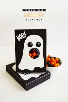 Printable Ghost Treat Box - totally free and tutorial included Diy Halloween, Halloween Treat Boxes, Halloween Ghosts, Halloween Party Decor, Holidays Halloween, Halloween Treats, Halloween Favors, Halloween Printable, Halloween Activities