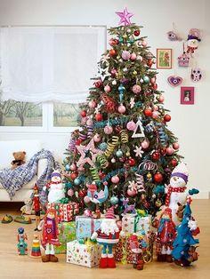 Decoración navideña colorida. Árbol de Navidad con mucho color.