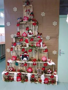 Step by step learn to make Christmas crafts with very nice fruit boxes Christmas Shop Displays, Christmas Photo Booth, Christmas Store, Noel Christmas, All Things Christmas, Christmas Ornaments, Christmas Windows, Wooden Crates Christmas, Holiday Crafts