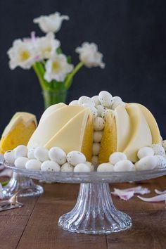 Saftiger Zitronen-Buttermilch-Gulgelhupf mit der perfekten Glasur. Ein einfacher Rührkuchen mit knackiger weißer Schokoladen Glasur.