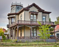Mueller House: Las Vegas, New Mexico In Victorian eclectic style - Queen Anne. Victorian Architecture, Beautiful Architecture, Beautiful Buildings, Beautiful Homes, Folk Victorian, Victorian Style Homes, Victorian Houses, Abandoned Houses, Old Houses