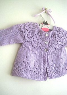 Free Knitting Pattern Baby Cardigan with Cables Baby Cardigan Knitting Pattern, Knitted Baby Cardigan, Knit Baby Sweaters, Baby Pullover, Knitted Baby Clothes, Baby Knitting Patterns, Baby Patterns, Dress Patterns, Knitted Hat