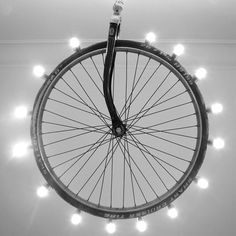 Recicladecoración: una rueda de bici convertida en lámpara