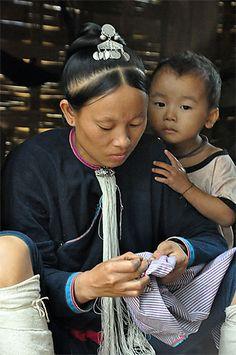 Dad N Me, Mom And Dad, Laos, Costume Ethnique, Portraits, Mother And Child, Ethnic, Asia, Feminine