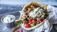 Gyros i pita med tzatziki - Godt.no - Finn noe godt å spise Gyro Recipe, Shawarma, Tzatziki, Moussaka, Halloumi, Meal Planning, Cravings, Food Porn, Food And Drink