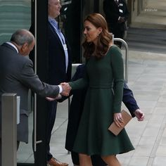 Kate Middleton Wears Emilia Wickstead To The Anna Freud Centre In London - Kate, Duchess of Cambridge attended the opening of the Centre Of Excellence at the Anna Freud Centre in London and wore Emilia Wickstead for the occasion. Casual Kate Middleton, Kate Middleton Pregnant, Looks Kate Middleton, Kate Middleton Wedding, Kate Middleton Outfits, Kate Middleton Family, Kate Middleton Photos, Princesa Real, Princesa Diana