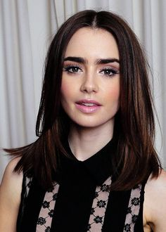 Medium shoulder length hair. PS I just think she's one of the prettiest ever.