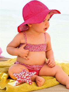 Kleine Nixen brauchen auch das passende Badeoutfit: Toller bedruckter Bikini von Vertbaudet.