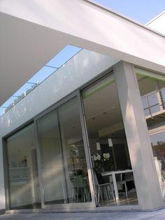 Nieuwbouw woning – Ypsilon architecten overdekt terras met lichtstraat en groot schuifraam