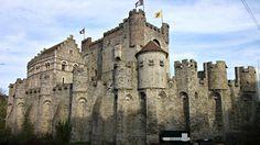 Het Gravensteen in Gent onderging doorheen de eeuwen veel verbouwingen, maar is terug in zijn Middeleeuwse vorm gerestaureerd. Zeker een bezoek waard.