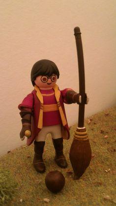 Harry Potter réalisé sur la base d'un #Playmobil qu'Alizée Béthune, 13 ans à réalisé lors de notre exposition Playmobil au château de #Jallanges. D'autres personnages sont en cours de création. Venez voir le travail d'Alizée lors de votre visite ! #harrypotter #customs #Quidditch #potter Harry Potter Toys, Harry Potter Characters, Ghostbusters Toys, Playmobil Toys, Anniversaire Harry Potter, Toy Display, Lego Worlds, Legoland, Jouer