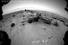 Il rover della Nasa dovrebbe passare a poca distanza dalle scure strisce stagionali associate alla presenza d'acqua sul Pianeta Rosso. Ma si teme possa contaminarle