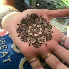Check out the 60 simple and easy mehndi designs which will work for all occasions. These latest mehandi designs include the simple mehandi design as well as jewellery mehndi design. Getting an easy mehendi design works nicely for beginners. Mehndi Design Images, Mehndi Art Designs, Bridal Mehndi Designs, Simple Mehndi Designs, Flower Tattoo Designs, Tattoo Flowers, Bridal Henna, Henna Palm Designs, Henna Designs For Kids