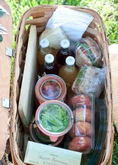 Secrets to the Perfect Picnic How to pack the perfect picnic! The detail in this reminds me of Emma's famous picnic on Box Hill.How to pack the perfect picnic! The detail in this reminds me of Emma's famous picnic on Box Hill. Comida Picnic, Le Diner, Summer Recipes, Summer Time, Spring Summer, Entertaining, Picnic Parties, Picnic Lunch Ideas, Picnic Date Food