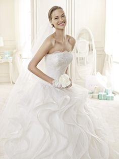 Romantické biele svadobné šaty s bohatou volánovou sukňou, svadobný salón Valery