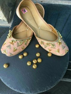 Attractive flat jutti for the woman of today Have you been considering fashion jutti Read more about : Prom Shoes, Shoes Heels, Indian Shoes, Indian Jewelry, Bridal Sandals, Bridal Shoes, Wedding Shoes Bride, Bow Flats, Patiala