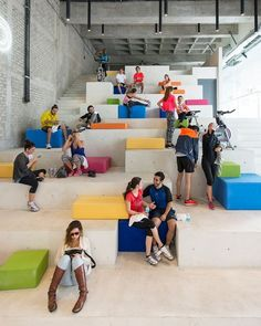 rojkind arquitectos cadena y asociados reflects síclos cycle concept with stepped interior Office Interior Design, Office Interiors, Interior Ideas, Atrium, School Architecture, Interior Architecture, Youth Center, Public Seating, Library Design
