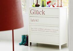 Buchstaben auf der Kommode  Mit Hilfe einer Schablone und roter Farbe lassen sich weiße Möbel wie diese Kommode einfach und schnell umstyle