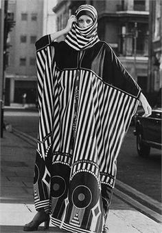 Vaftan dress, Creation by John Bates for Jean Varon, Vogue Italia 1971 Seventies Fashion, 1960s Fashion, Vogue Fashion, Fashion Art, Fashion Beauty, Vintage Fashion, Fashion Design, Vintage Style, Kate Moss