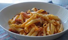Macarrones con chorizo y beicon -  Un plato que gusta a todos, macarrones con chorizo y beicon, una estupenda receta de pasta con mucho sabor. Este plato de macarrones es uno de los más tradicionales. La base es sin duda un buen sofrito de cebolla y tomate y luego ya podemos poner lo que más nos guste, sin duda este de chorizo... - https://www.lasrecetascocina.com/macarrones-chorizo-beicon/
