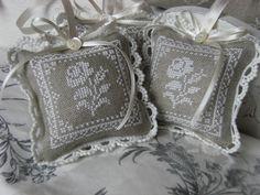 Pequeños y elegantes cojines decorativos