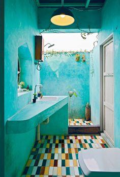 Bagno con doccia all'aria aperta nella casa di Torlarp Larpjaroensook.
