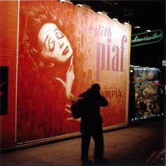 Edith #Piaf sur les murs de #Paris... la #nuit... en 1961 !
