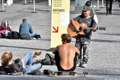 GUITARISTE A LA PLAGE BEAUBOURG A PARIS