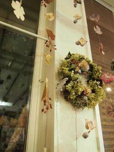 アジサイの花や木の実、葉っぱなどをランダムに。 Ladder Decor, Garden, Wedding, Home Decor, Valentines Day Weddings, Garten, Lawn And Garden, Mariage, Weddings