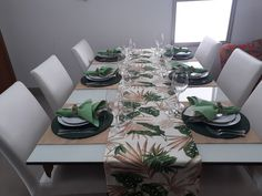 Kit de Mesa em Gorgurinho Folhas ARUBA II composto de 1 (um) Caminho de Mesa e 3 (três) Tete-a-Tete para mesas de 8 (oito) lugares composto por 4 peças:  - 1 (um) caminho de mesa Folhas de Bananeira ARUBA, medindo 2,60 m x 0,42 m  - 3 (três) tete-a-tete, na cor Bege Lugano, medindo 1,60 m x 0,42 ... Decoupage Wood, Table Set Up, Diy Home Crafts, Marsala, Table Settings, Sweet Home, Dining Table, Table Decorations, Cama Box