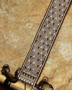 Tarahumara band on backstrap loom Inkle Weaving Patterns, Loom Weaving, Loom Patterns, Types Of Weaving, Art Du Fil, Inkle Loom, Card Weaving, Bead Loom Bracelets, Weaving