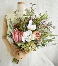 キングプロティア、マグノリアのナチュラルクラッチブーケ。すべて造花です。 Silk Flower Bouquets, Silk Flowers, Floral Wreath, Wreaths, Table Decorations, Flowers, Floral Crown, Door Wreaths, Deco Mesh Wreaths