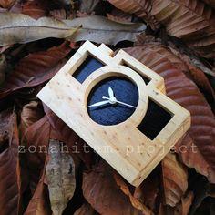 Jam dinding kayu bisa custom sesuai keinginan kalian  Minat? Bisa hubungi kontak yang tersedia  Katalog Instagram : @zonahitam.project  Line : @bellerosee No.Hp : 082242666729