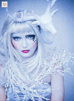 reh kostüm damen make up - Reh Kostüm Damen Halloween Makeup, Halloween Costumes, Ice Queen Costume, Green Knight, Snow Outfit, Queen Makeup, Queen Photos, Scary Makeup, Ice Princess