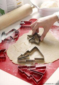 Mami, mami, am o idee! Hai să facem  prăjituri în mai multe forme, poate îl conving pe Moș Crăciun să îmi aducă 20 de păpuși. Și un cățeluș! #CraciunulCopiilorIKEA                               SNÖKUL, Set forme patiserie, 6buc, inox 14,99 lei