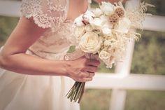 Detalle del ramo y el vestido de novia de alta costura. Del atelier The Bride.