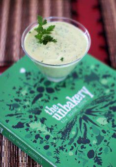 """L'été arrive, la playa, les holidays et les grosses salades aussi. Voilà une sauce 100 % végétale et crue qui fera de vous un accro de la feuille verte. Elle est aussi parfaite sur des spaghettis de courgettes. C'est la variante healthy de la """"Green Goddess..."""