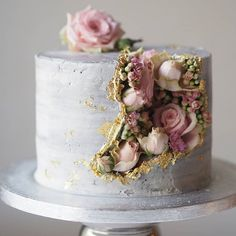 PSA: Major spillage of blooms ahead! This time coming from inside a gold flecked - PSA: Major spillage of blooms ahead! This time coming from inside a gold flecked… – - Drip Cakes, Cute Cakes, Pretty Cakes, Fancy Cakes, Gorgeous Cakes, Amazing Cakes, Decoration Patisserie, Dessert Decoration, Geode Cake