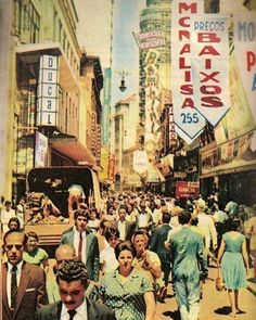 Apesar do nome a rua Direita tem algumas curvas e quebradas mas em São Paulo de antigamente era a rua mais reta perto de tantas vielas e ruas tortas do centro antigo. Entre o começo do século 19 a rua Direita sempre deu lugar às mais refinadas casas e lojas que eram o marco dourado da juventude da época. Lugares como Hotel França Casa Garraux o Café Acadêmico e da Chapelaria João Adolfo eram tidos como o fino de São Paulo e marcado pela sua arquitetura colonial. Esta foto é da Rua Direita em…