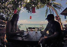 Big Blue Bar and Restaurant [Koh Tao, Tailândia] Ficar num quarto do hotel o dia inteiro por conta do trabalho nem sempre é tarefa das mais animadoras – principalmente se lá fora o sol beira a casa dos 30 °C e fica te chamando para ver como o céu está bonito. Mas se não éContinue Lendo