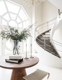 light and airy entranceway uses a rustic pedestal table as a welcome contrast. Click the link in our bio to for more entryway inspiration. Top Interior Designers, Luxury Interior, Home Interior Design, Style At Home, Interior Stairs, Foyer Decorating, Staircase Design, White Houses, Image House