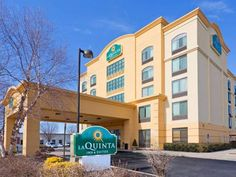 La Quinta Inn & Suites Garden City Garden City (New York) Located 2 minutes' drive from Hofstra University, this La Quinta hotel in Garden City, New York is 2 miles from the Carle Place train to Manhattan.  This hotel provides free Wi-Fi and a continental breakfast with waffles.